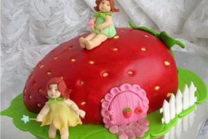 Торт на День рождения в виде клубнички