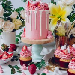 Красивый торт из мастики с меренгой и клубничным кремом